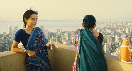 ムンバイのマンションのテラスで、友と語る主人公の家政婦(左).jpeg