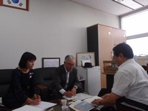 人権平和協力官室長の李京律さん(右)にインタビューする筆者.jpg