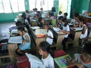 ピナツボ火山被災地の小学校で.jpg