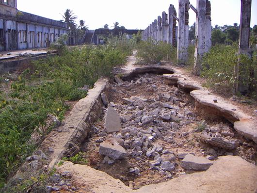内戦で損壊したままになっているジャフナ駅 (2005年8月、筆者撮影)
