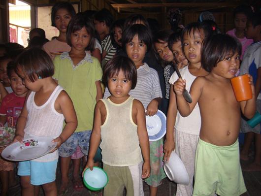 市民団体の食糧配給をまつ子どもたち(2009年2月27日、ダトゥ・ピアン町)