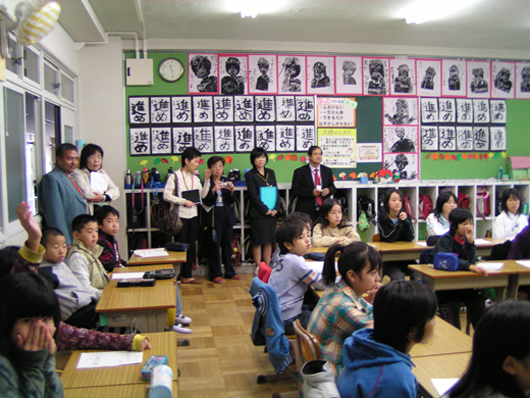 松原市立布忍小学校を訪問した海外ゲスト (撮影:ヒューライツ大阪)