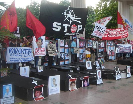 マニラで犠牲者の写真を掲げ、政治的殺害のストップを呼びかける遺族ら (2006年6月10日 筆者撮影)