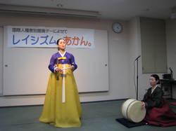 パンソリを演じる安聖民さん(左)と趙倫子さん.JPG